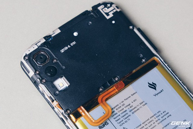 Mổ bụng Vsmart Star: Bên trong smartphone giá rẻ của Vsmart có gì? - Ảnh 4.
