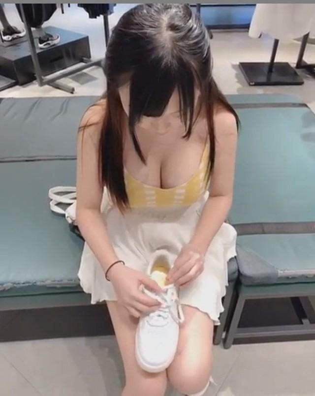 Cúi xuống thử giày lộ vòng một khủng, cô nàng được cư dân mạng truy lùng, ra ngay hot girl siêu gợi cảm - Ảnh 1.