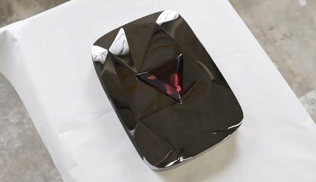 Viên pha lê đỏ đẹp không tì vết này chính là phần thưởng 100 triệu sub trên Youtube, nhìn qua đã thấy mê rồi - Ảnh 2.