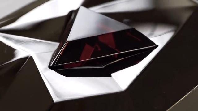 Viên pha lê đỏ đẹp không tì vết này chính là phần thưởng 100 triệu sub trên Youtube, nhìn qua đã thấy mê rồi - Ảnh 1.