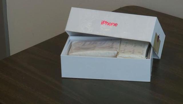 Tham rẻ mua iPhone ngoài đời, cặp vợ chồng bỏ 10 triệu nhận ngay vỏ hộp iPhone chính hãng và hai bánh xà phòng - Ảnh 2.