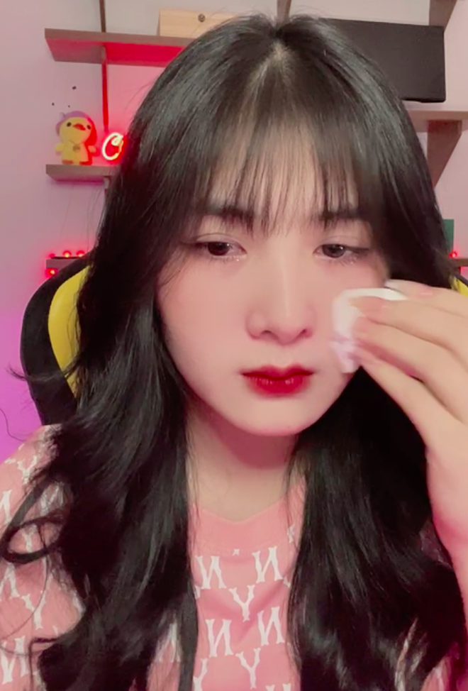 Quỳnh Alee (Bùi Thị Quỳnh) Nổi tiếng với rất nhiều tai tiếng, streamer rơi nước mắt trên sóng Anh-chup-man-hinh-2021-10-03-luc-220433-16332770963902113006329