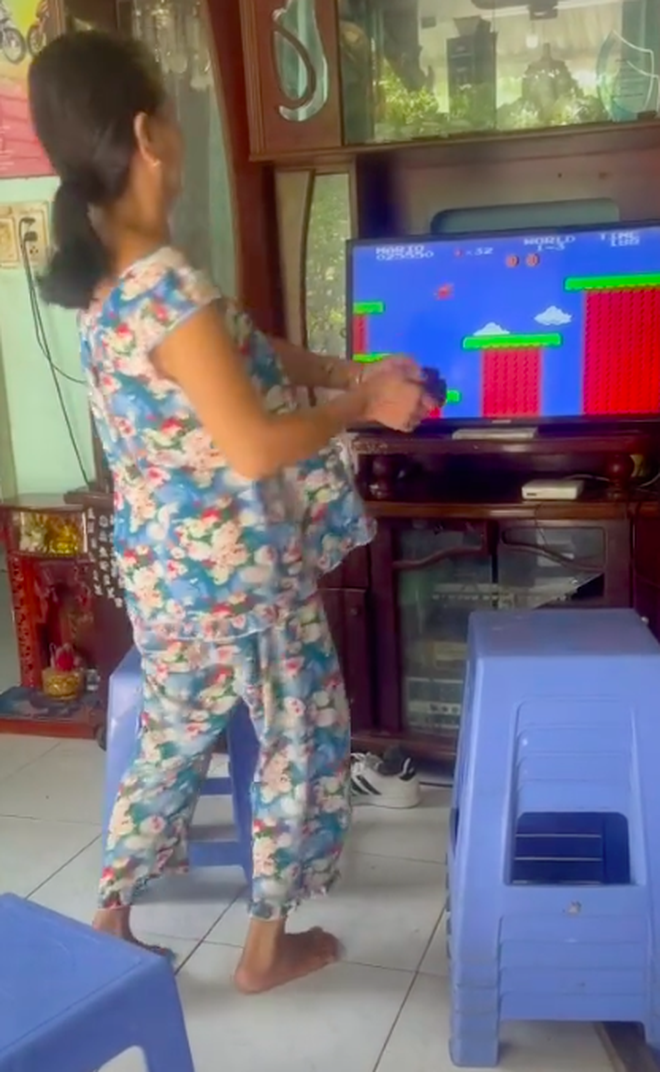 Khoảnh khắc hồn nhiên nhảy nhót của nữ phụ huynh khi chơi game Anh-chup-man-hinh-2021-08-30-luc-121300-16303004361001095629458