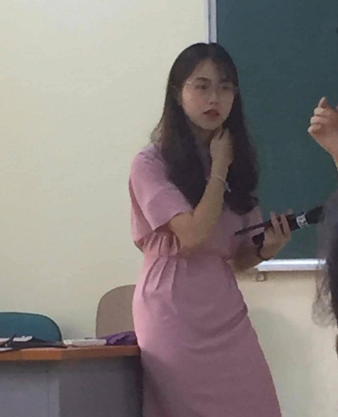 Nữ giảng viên Đại học Kinh tế Quốc dân bị chụp lén mà quá xinh đẹp, thần thái vẫn cứ xuất sắc - Ảnh 1.