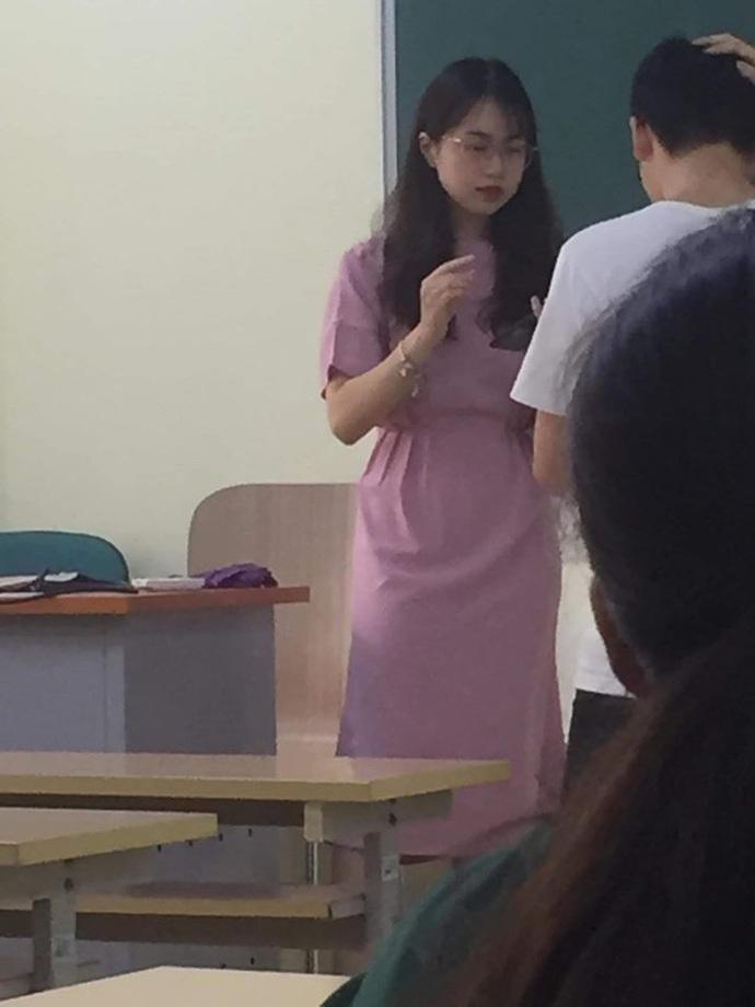 Nữ giảng viên Đại học Kinh tế Quốc dân bị chụp lén mà quá xinh đẹp, thần thái vẫn cứ xuất sắc - Ảnh 2.