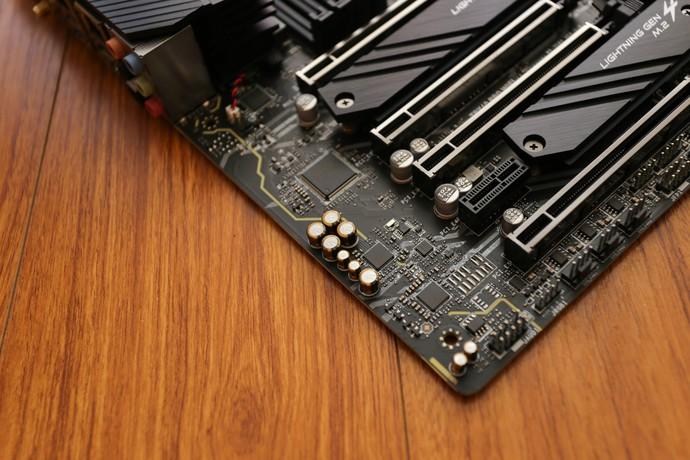 Cận cảnh MSI TRX40 Pro Wifi - Bo mạch chủ khủng long chuyên trị quái vật Ryzen Threadripper vài chục nhân - Ảnh 9.
