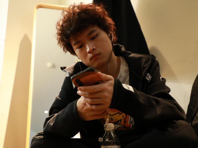 Sốc: Huanfeng bị tố cắm sừng bạn gái, đang đánh CKTG vẫn lén ra ngoài mây mưa với fan nữ - Ảnh 1.