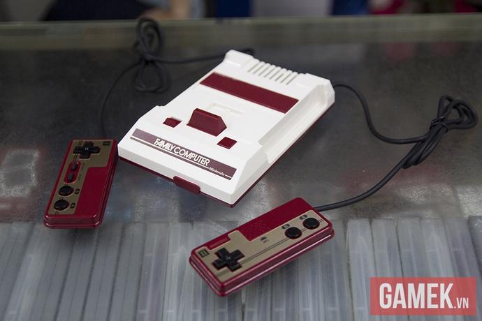 Giống đến từng chi tiết, ngay cả những phần cổng kết nối như khe cắm băng, microphone ở tay cầm thứ 2 và cần gạt băng cũng được tái tạo giống y như đúc, chỉ là kích thước bé hơn nhiều chiếc máy Famicom 30 năm về trước mà thôi.