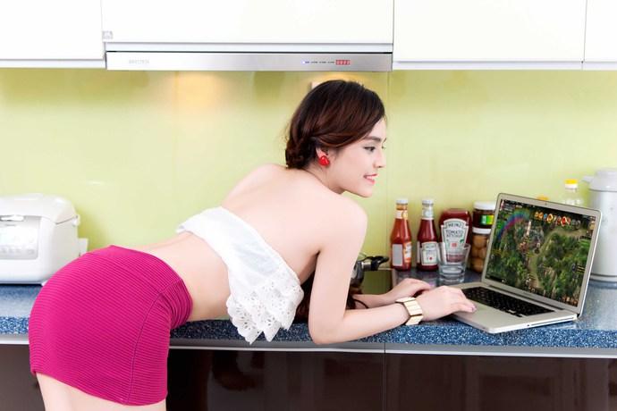 Hot girl Yulee nóng bỏng chơi khi chơi Webgame