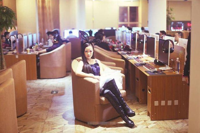 Bỏ 40 nghìn là có thể chơi game với nữ tiếp viên chân dài