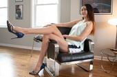 Cô gái có đôi chân dài nhất thế giới: Lùng sục khắp nơi mới mua được quần áo nhưng vẫn thích đi giày cao gót để khoe chân dài miên man