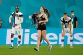 """Nữ CĐV sexy lao xuống sân tại Euro 2020 để quảng bá tiền ảo khiến tất cả có một phen """"mát mắt"""""""