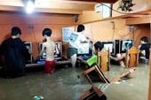 """Mặc kệ lũ lụt ngập cả mét, quán net Philippines vẫn chật kín game thủ rủ nhau đến """"combat"""" như thường"""