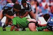 Những tai nạn dở khóc dở cười trên sân bóng khiến game thủ cũng ngán ra ngoài vận động