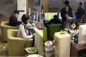Nữ game thủ ăn lẩu, uống bia, vừa chơi Liên Minh Huyền Thoại ngay tại quán Net