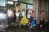Chủ quán net Việt vui mừng vì mưa bão to quá, khách đến chơi... không về được