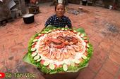 Bà Tân Vlog lại khiến dân mạng hoang mang khi sáng chế ra món ăn mới: Cơm hải sản = cơm trắng + đặt hải sản lên trên