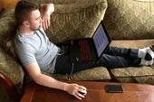Thói quen dùng laptop tai hại có thể khiến cho nam game thủ bị hỏng