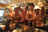 """Thăm nhà hàng """"thịt nướng lực điền"""" số 1 Nhật Bản, đến ăn được trai đẹp 6 múi phục vụ tận mồm"""