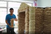 Áp dụng phong cách NTN, xây nhà bằng 2000 gói mỳ tôm, người đàn ông bị cộng đồng mạng chỉ trích dữ dội