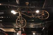 Phòng game ngày nay đang làm mọi cách để thu hút game thủ, kể cả việc treo xe đạp lên trần nhà để trang trí