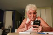 Sốc với cụ bà gần 90 tuổi vẫn sung mãn, hằng ngày lên Tinder quét trai trẻ