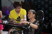 Chuyện lạ: Cụ bà 76 tuổi được dạy chơi game ngay tại hội chợ