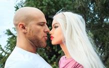 Người đàn ông tung clip kết hôn với búp bê tình dục sau 2 lần hoãn cưới, hé lộ cuộc sống thực phía sau khiến nhiều người choáng váng