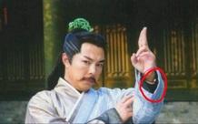 """Những món đồ hiện đại """"xuyên không"""" trong phim cổ trang Hoa ngữ"""