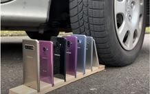 Không tin rằng Samsung Galaxy bền hơn iPhone, Youtuber lấy ô tô cán qua hai dòng điện thoại và cái kết đầy tranh cãi