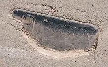 Mất điện thoại 3 năm, thanh niên bất ngờ tìm thấy máy bị chôn dưới mặt đường xi-măng