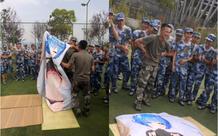 Tấm chăn mới mua Thanh niên mới nhập ngũ mang theo waifu nhập ngũ, bị cả lớp lôi ra