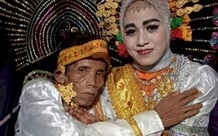 Cầu hôn người mẹ nhưng bị từ chối vì già và xấu, ông lão cưới luôn con gái 19 tuổi của crush