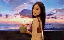 Check-in bikini bên bãi biển vắng, nữ MC sexy tiết lộ bí kíp du lịch an toàn trong mùa dịch