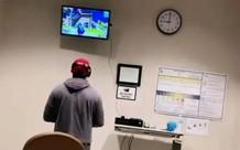 Vợ nằm trong phòng đẻ, chồng vẫn mang PlayStation vào viện để chơi nốt ván với chiến hữu