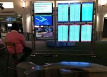 """""""Thèm game"""", nam thanh niên lấy PS4 cắm vào màn hình thông báo tại sân bay rồi ngồi chơi như ở nhà"""