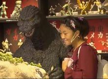 Chuyện thật như đùa, bé gái 13 tuổi thần tượng Godzilla nên đã hẹn hò với quái vật?