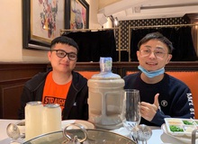 Chẳng những vượt 2 ngàn km đến thăm cậu em chí cốt, Kryst4l còn thực hiện lời hứa, tặng SofM hẳn... 5 lít trà sữa