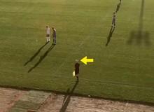 """Camera AI nhầm lẫn quả bóng với đầu trọc trọng tài, người xem phát rồ vì """"nát"""" cả trận đấu"""