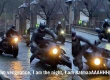 Hậu trường làm phim The Batman 2021: Dơi đang cưỡi mô-tô ngầu lòi thì xòe xe, Internet được dịp cười no nê