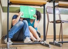 """Cô giáo Úc gặp 2 sinh viên """"diễn cảnh nóng"""" khi đang dạy livestream: """"Tôi phải đi rửa lại mắt khỏi những gì vừa thấy..."""""""