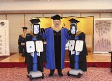 Tốt nghiệp mùa cách ly: Đại học Nhật Bản dùng robot trao bằng trực tuyến cho sinh viên