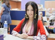 Ngẩn ngơ ngắm mỹ nhân chụp ảnh gợi cảm từ thuở 18 để kiếm tiền tiêu vặt hóa Nữ hoàng hải tặc trong One Piece