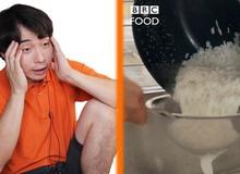 """Show ẩm thực Anh dạy nấu ăn như xúc phạm khán giả châu Á: Cơm rang trứng đem """"luộc"""" rồi mới rang?"""