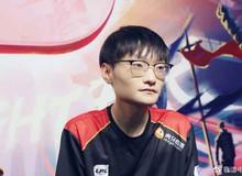 Rộ nghi vấn FPX bị loại ê chề vì Tian gặp chấn thương cổ tay, tự uống nước còn khó khăn huống gì là thi đấu