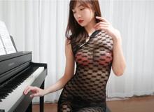 """Livestream với piano nhưng còn chưa chơi nổi một bài nhạc, nữ Youtuber xinh đẹp đã có gần triệu view với trang phục """"mặc như không mặc"""""""