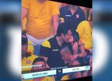 """Vô tình lọt ống kính máy quay khi đi xem bóng đá, nam thanh niên """"bắt cá hai tay"""" đẹp mặt với cả thế giới"""