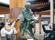 Vinh danh Attack on Titan sắp kết thúc, bức tượng Levi tại quê nhà tác giả Isayama được dựng nên