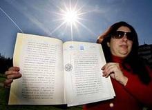 Người phụ nữ tuyên bố chủ sở hữu mặt trời, đánh thuế cả thế giới nhưng chả ai đóng