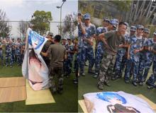 """Tấm chăn mới mua: Thanh niên mới nhập ngũ mang theo waifu vào trại, bị cả lớp lôi ra """"thực hành"""""""